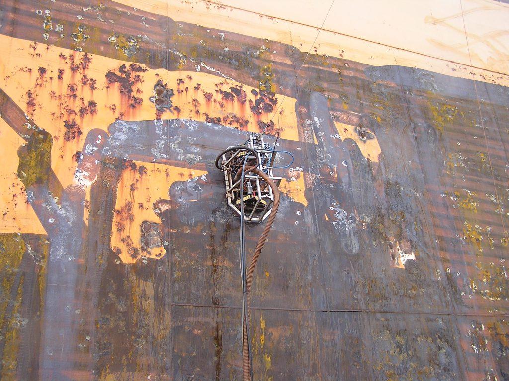 Hotze-OGT-Crawle beimr entlacken an einer Dockwand mit 2.500 Bar