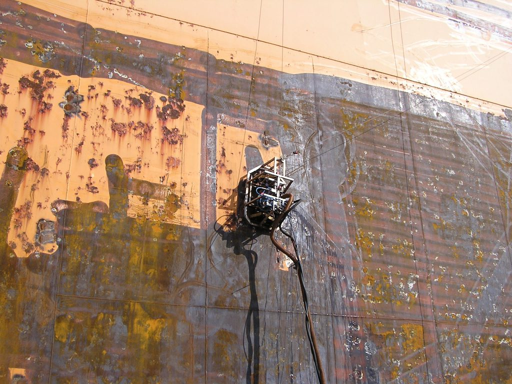 Hotze-OGT-Crawler mit 2.500 Bar beim entlacken einer Dockwand